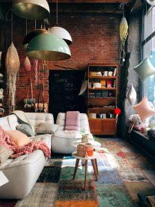 colori caldi e luce naturale per mantenere la casa calda in inverno